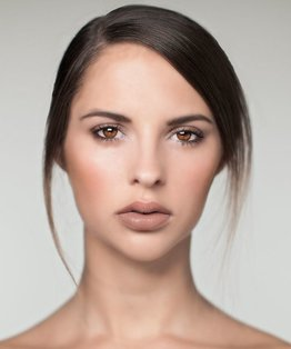Video step-by-step on how to apply make-up for a classic day look