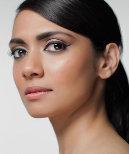 Video step-by-step on a make-up application considering fashion trends and cultural factors