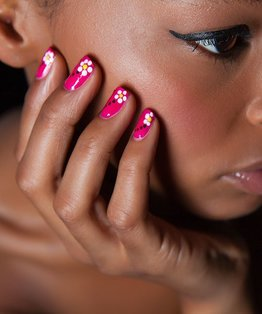 Video step-by-step on a dotted flower nail art design
