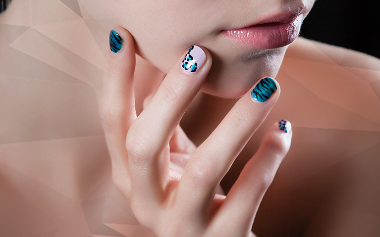 How to do an animal-pattern nail art application using stripping and